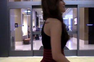 Toţi bărbaţii au rămas MASCĂ când au văzut cum a venit îmbracată această tânără la mall. Imaginile ireale au ajuns imediat pe net
