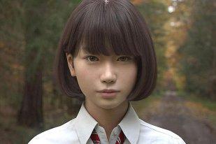 La prima vedere, fata din imagine pare o elevă de liceu obişnuită. DETALIUL care schimbă totul