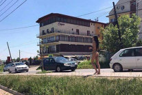 """A ieşit GOALĂ pe stradă şi nimeni nu ştie ce e cu ea. ROMÂNII au scos telefoanele să o FILMEZE, dar vorbele ei i-au şocat: """"Atingeţi-mă pe..."""". VIDEO"""