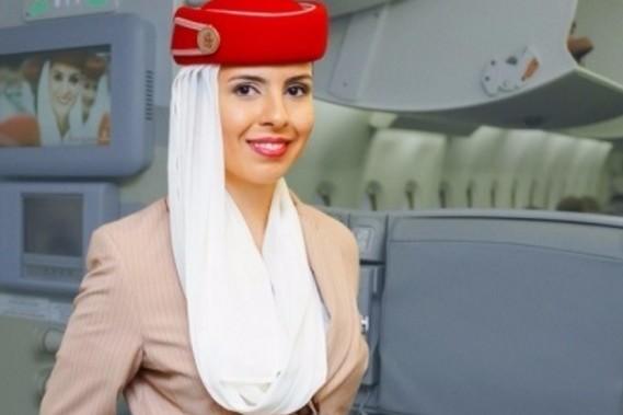 De ce ţin stewardesele mâinile la spate atunci când pasagerii urcă în avion