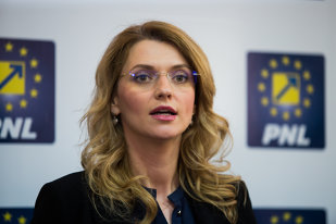 """Un român a intrat într-un club plin de politicieni şi a rămas stupefiat. Momentul incredibil când în scenă a intrat Alina Gorghiu. """"Nu, nu este un banc"""""""