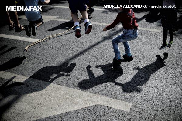 copii abandonati parinti munca in strainatate