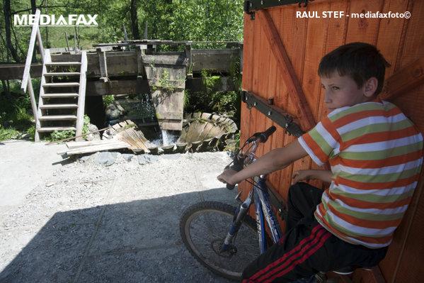 Copil pe bicicletă în Maramureș