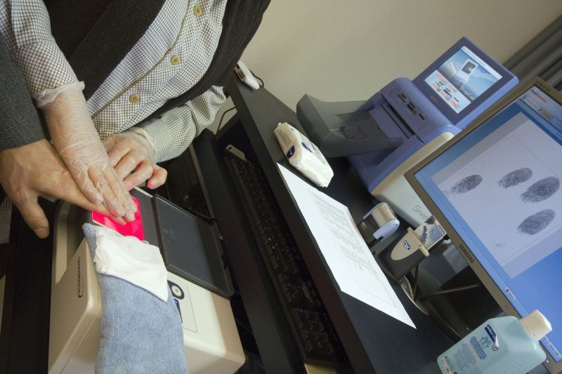 Buletinele biometrice. Cum vor fi luate amprentele şi ce poze vor avea românii în noile cărţi de identitate