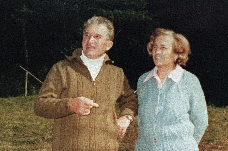 O felicitare de Anul Nou semnată de Ceauşescu şi o sabie masonică, scoase la licitaţie