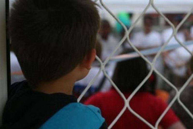 La mai bine de un an de la schimbarea legii, numărul copiilor adoptaţi s-a înjumătăţit. De ce-i ţine statul pe cei mici în sistem