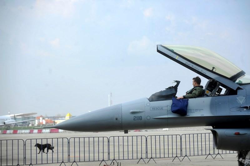 România plăteşte avansul la avioanele F-16 cu banii din frecvenţele de Internet 4G