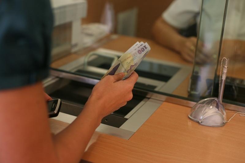 PREMIERĂ  în războiul debitori-bănci privind CLAUZELE ABUZIVE. Un bucureştean a obţinut în instanţă reducerea dobânzii la jumătate. VIDEO