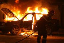 Bărbat cercetat după ce a incendiat un autoturism în Capitală, iar focul s-a extins la alte două