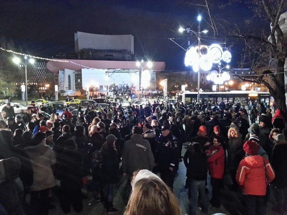 Proteste în Cluj şi Bucureşti faţă de începerea exploatării Chevron la Pungeşti. Trei dintre manifestanţii de la Universitate, duşi la Poliţie