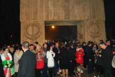 Un număr de 16 cupluri de tineri s-au căsătorit în noaptea de Revelion la Poarta Sărutului