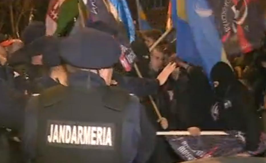 Mai mulţi extremişti maghiari s-au îmbrâncit cu jandarmii la Târgu Mureş - GALERIE FOTO + VIDEO