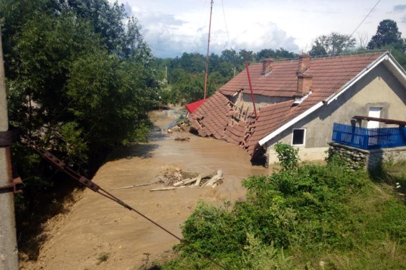 România lovită de viitură: COD ROŞU de inundaţii. Zeci de localităţi afectate. Doi morţi. HARTA zonelor cu probleme