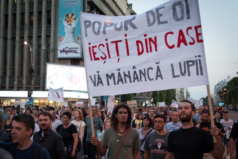 Statul de drept, suspendat 45 de zile. Protest în Bucureşti şi în marile oraşe faţă de ORDONANŢA TRASEIŞTILOR
