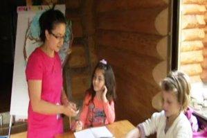 """O învăţătoare din Suceava şi-a transformat sufrageria în sală de clasă: """"Dimineaţa e şcoală, după-amiaza e casă"""""""