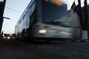 Patru persoane dintr-un autobuz RATB au fost rănite uşor, după o acesta a lovit o maşină