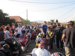 Sute de motociclişti au aprins o lumânare la Sânzieni, în memoria colegului lor mort în acel loc