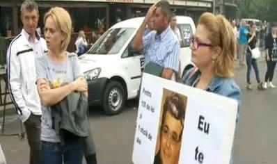 """Cele trei protestatare care s-au pus de-a curmezişul valului de 50.000 de simpatizanţi PSD: """"Aţi strigat sus Ponta, nu? 100 de lei, cât v-au dat? V-au dat bonuri să mâncaţi mici? Câte bonuri?"""""""