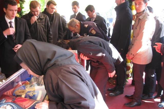 Peste 15.000 de pelerini, la coadă pentru a se închina la moaştele Sfintei Parascheva de la Iaşi