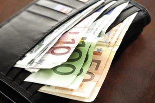 Un bătrân din Turda a găsit un portofel cu 8.400 de euro, dar nu a anunţat poliţia. Ce a urmat