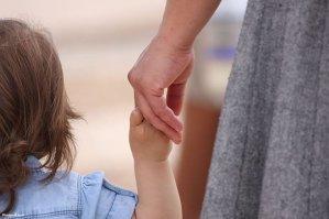 Părinţii care pleacă la muncă în străinătate ar putea fi obligaţi să stea trei luni cu copiii. Ce sancţiuni riscă