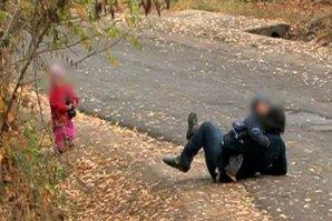Femeie cu opt copii din Vaslui, anchetată după ce a fost filmată cum, beată fiind, cade cu copilul în braţe