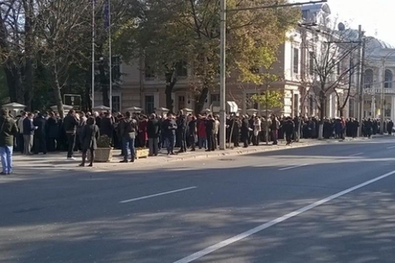 VOT MOLDOVA ALEGERI PREZIDENŢIALE 2014. La Chisinau oamenii forteaza gardul de protectie. Se scandeaza