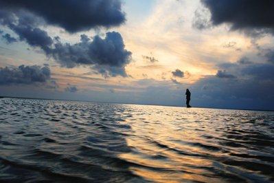 Ce s-a întâmplat cu un preot care a încercat să-i convingă pe credincioşi că poate să meargă pe apă