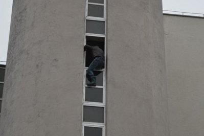Un tânăr a ameninţat că se aruncă de la o fereastră a Finanţelor Publice Vaslui