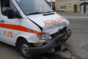 Carambol pe un drum judeţean în Argeş: ambulanţa chemată să acorde primul ajutor, IMPLICATĂ ÎN ACCIDENT