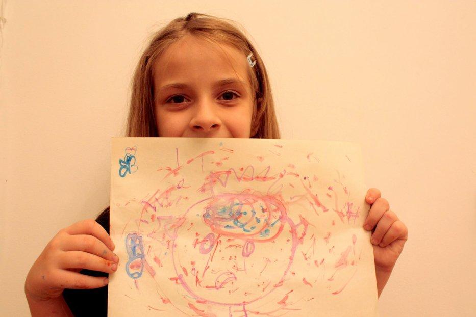 Câţi bani ai plăti pentru acest desen al Soniei? Fetiţa strânge donaţii pentru ca un băiat de 6 ani din Cahul să îşi audă, pentru prima dată, mama