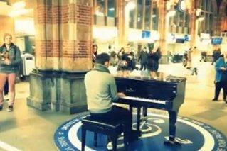 Ziua Naţională a României. Un român a văzut un pian în gara din Amsterdam şi a decis să îi facă României un cadou de 1 Decembrie