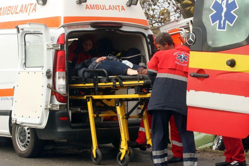 Trei persoane, �ntre care un copil, grav ranite dupa ce masina �n care erau s-a rasturnat si a luat foc