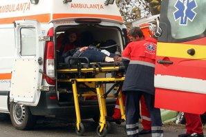 Trei persoane, între care un copil, grav rănite după ce maşina în care erau s-a răsturnat şi a luat foc
