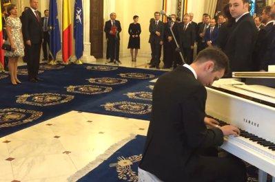 Tânărul devenit cunoscut după ce a cântat imnul României la pian în gara din Amsterdam a ''recidivat'' la recepţia privată dată de Klaus Iohannis. Clipul, postat de preşedinte pe Facebook