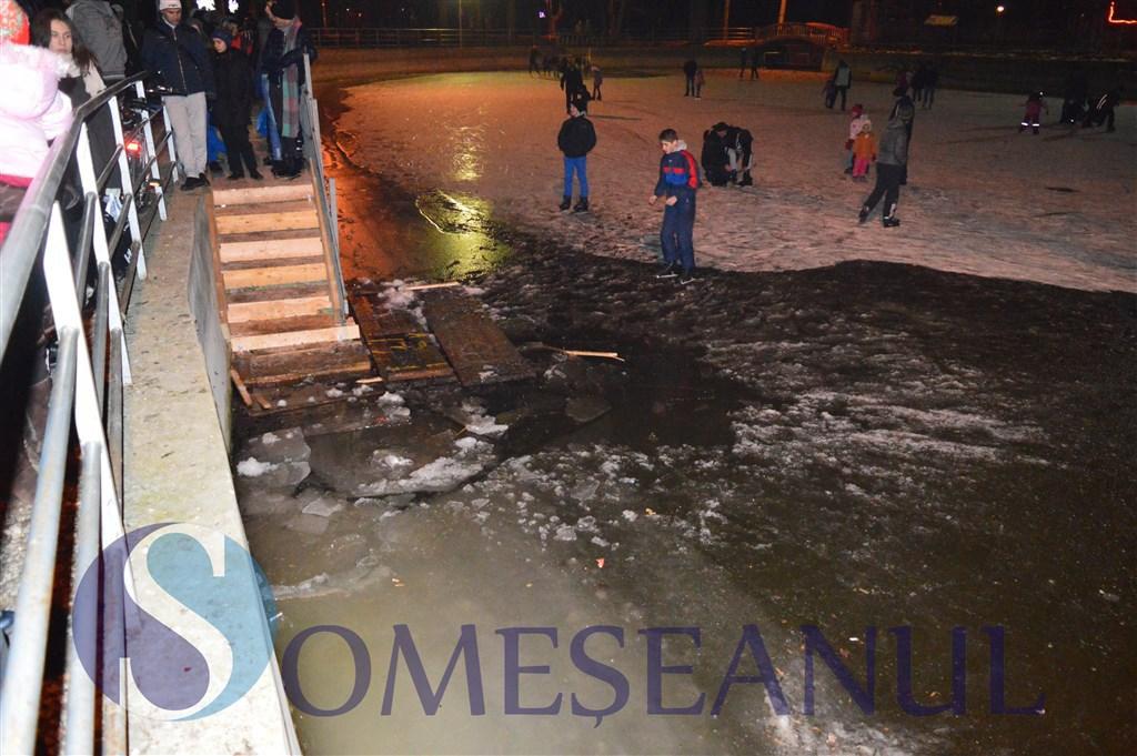 Panica la Gherla: gheata patinoarului din oras S-A SPART, mai multe persoane au cazut �n lac. Explicatiile primarului