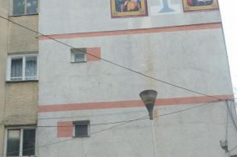 """Ce si-a pictat un botosanean, venit de la munca din Olanda, pe peretele exterior al garsonierei. """"Oamenii care trec pe aici �si fac cruce"""""""