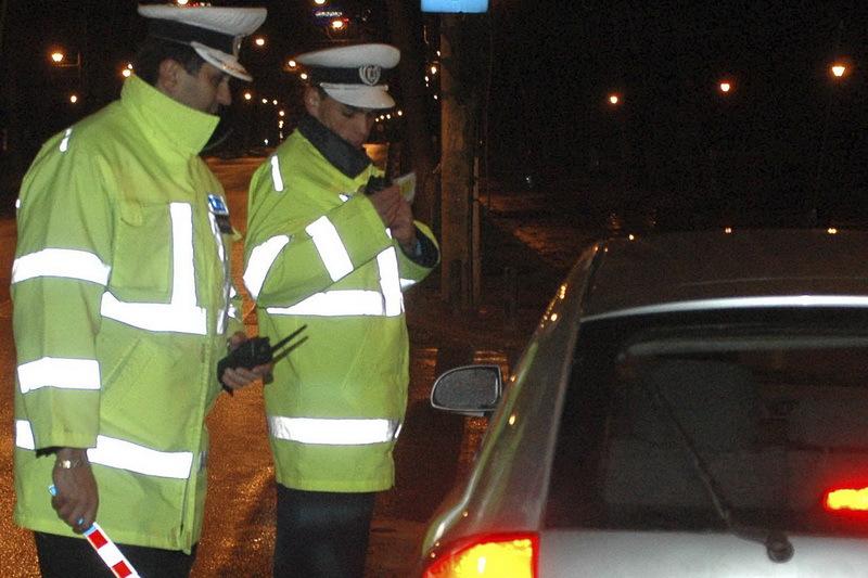 Un sofer baut a ignorat semnalele politistilor si a oprit �ntr-o benzinarie, unde a pus la cale un plan sa scape de raspundere. Nu stia ca o face sub ochii agentilor