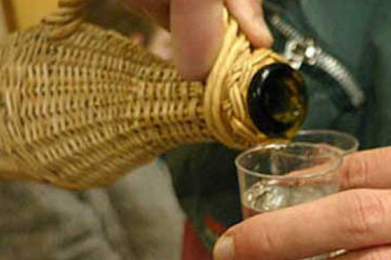 Fabrica de alcool care functiona ilegal, descoperita de politisti