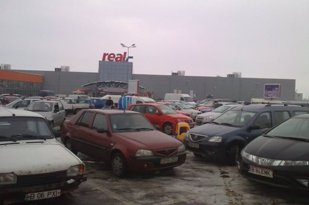 Şoferii din Bucureşti, în alertă! ŞMECHERIA prin care maşinile lor sunt golite cât ei sunt la cumărături în hipermarketuri