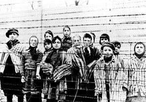 """""""Aţi intrat pe poartă, dar veţi ieşi pe coş"""". Viaţa la Auschwitz, povestită de românii care i-au supravieţuit. Salvarea oferită de un """"Oskar Schindler"""" şi întâlnirea cu doctorul Mengele"""