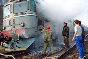 Un tren internaţional care se îndrepta spre Bucureşti a lovit un tir încărcat cu zahăr