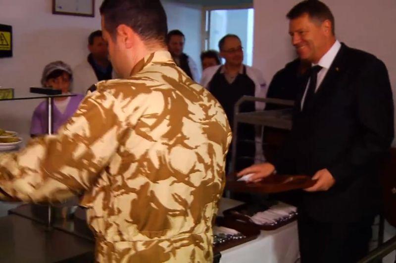 Iohannis a vizitat Batalionul 33 V�natori de Munte Posada si a m�ncat la popota alaturi de militari