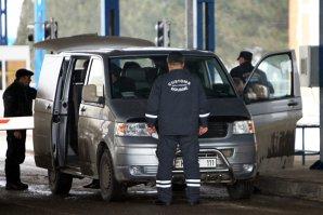 Poliţiştii de frontieră din Vama Nădlac au controlat un microbuz care ieşea din ţară, iar înăuntru au găsit ascuns un copil de doi ani