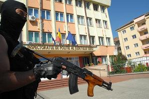 S-a îmbătat şi a vrut să dea foc sediului IPJ Sibiu. Ce riscă acum un tânăr de 28 de ani