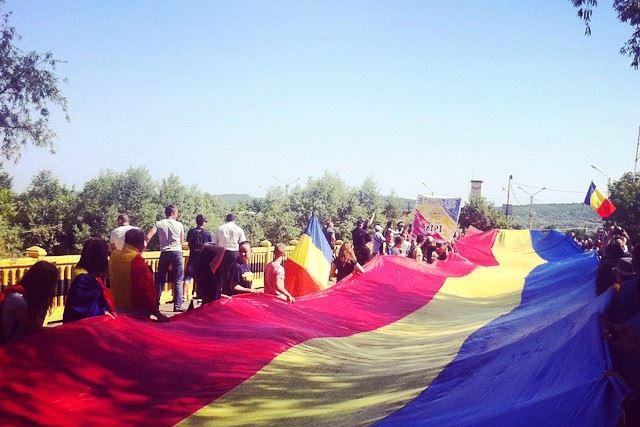 Un steag tricolor de 300 de metri a unit România cu R. Moldova la podul peste Prut de la Sculeni
