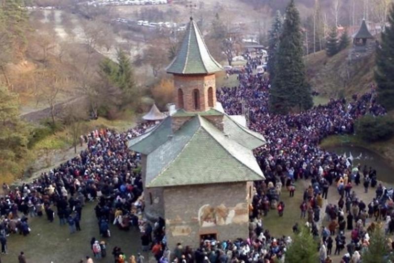 Bărbat de 45 de ani din Maramureş, reţinut pentru profanarea mormântului părintelui Arsenie Boca