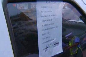 Acest şofer din Bucureşti şi-a parcat maşina şi a lăsat un bilet cu numărul de telefon în geam. La scurt timp a avut o surpriză de proporţii. Poliţiştii au o explicaţie halucinantă