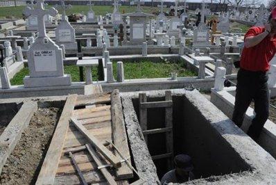 Cum au decis autorităţile să împartă locurile de veci dintr-un cimitir din Bacău
