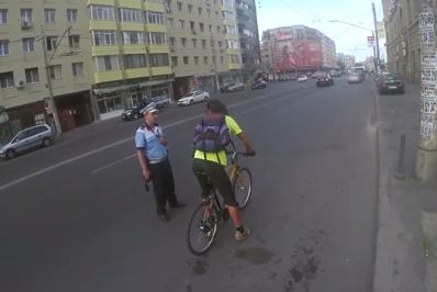 Doi biciclişti, amendaţi de poliţiştii locali din sectorul 1 pentru că nu purtau cască. Ce au făcut şefii agenţilor câteva ore mai târziu